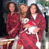 Weihnachten im Pyjama: Mariah Carey hat es sich mit ihren Twins Moroccan und Monroe so richtig kuschelig gemütlich.