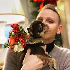 Und noch ein privater Moment, den Fürstin Charlène mit ihren Instagram-Fans teilt: Ihr kleiner Liebling Monte darf beim Weihnachtsfest natürlich nicht fehlen.