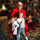 Schöner Schnappschuss: Fürst Albert und seine Zwillinge Prinzessin Gabriella und Prinz Jacques haben offensichtlich einen Riesenspaß unterm Weihnachtsbaum.