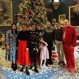 Joyeux noël! Die Weihnachtsbilder der Fürstenfamilie sind eine echte Überraschung: Privat und entspannt wie nie zeigen sich Charlène, Albert und Gabriella mit Prinzessin Stéphanie und ihren Kindern Pauline, Camille und Louis mit seiner Frau Marie (l.). Besonders das Outfit des Fürsten zaubert uns ein Lächeln aufs Gesicht.