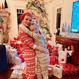 Nicht nur der Weihnachtsbaum der Simpson ist ein echter Hingucker, auch die Flut an Geschenken, du drumherum liegen, lässt die Augen größer werden. Dabei könnte man glatt übersehen, wie süß Jessica und ihre Tochter Maxwell in ihren Festtagspyjamas aussehen.