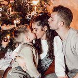"""Bei Sarah Lombardi und Julian Büscher liegt wirklich Familienglück unterm Weihnachtsbaum. Zusammen mit Alessiogenießen die Verlobten die Festtage in schönster Eintracht.Zu dem niedlichen Schnappschuss schreibt sie auf Instagram: """"Ich wünsche euch allen ein besinnliches Weihnachtsfest meine Lieben. Auch wenn es ein etwas anderes Weihnachtsfest ist als die Jahre zuvor - genießt die Zeit mit euren Liebsten. Wir haben heute die Ruhe genossen und eine schöne Bescherung und leckeres Essen gehabt und das Handy einfach mal etwas mehr beiseitegelegt . Ich schicke euch ganz viel Liebe"""""""