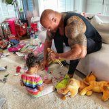 The Rock wird zum Puppen-Papa: Für seine Töchter tut Dwayne Johnson wirklich alles, auch der 2-jährigen Tiana 45 Minuten lang die Barbie zu halten, während sie sich mit etwas anderem beschäftigt.