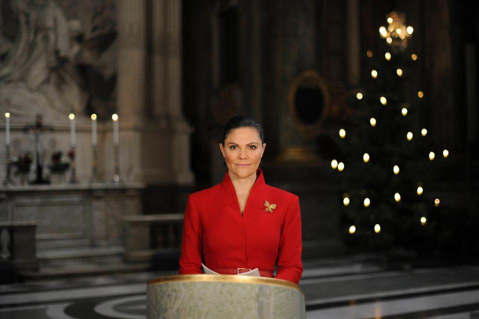 Auch die Schweden mussten dieses Jahr auf den klassischen Weihnachtsgottesdienst verzichten. Kronprinzessin Victoria von Schweden lässt es sich jedoch nicht nehmen, sich an Heiligabend zu Wort zu melden und trägt das Evangelium in einem digitalen Weihnachtsgebet aus der Palastkirche in Stockholm vor. Dabei versprüht die zukünftige Königin im knallroten Kleid mit Stehkragen und festlicher Schleifenbrosche ordentlich Weihnachtsstimmung.