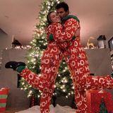 Gleicher Name, gleiche Outfits. Taylor Lautner und seine FreundinTaylor Dome (genannt Tay) posieren im Partnerlook vor dem Weihnachtsbaum.