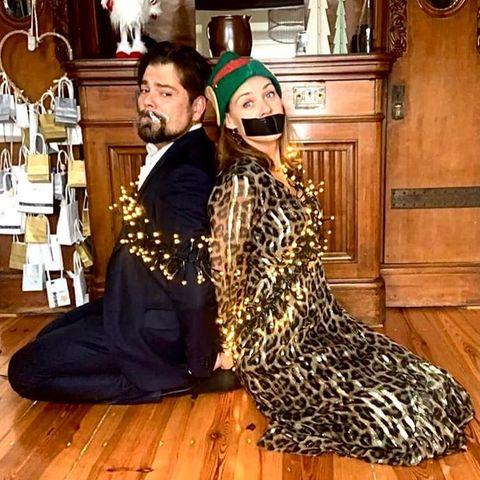 """Daniel Fehlow und Jessica Ginkel teilen diesen lustigen Schnappschuss des Festtagswahnsinns auf Instagram und machen Eltern Mut: """"Wenn Bilder mehr sagen als tausend Worte. Allen Eltern mit wildgewordenen Weihnachtskindern da draußen: Haltet durch, das geht auch wieder vorbei, Ehrenwort. Wir wünschen euch schöne Weihnachtstage, bleibt gesund und seid lieb zueinander."""""""