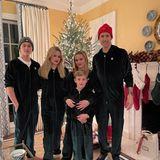 Frohe Weihnachten von Familie Witherpoon-Toth. Es hat etwas gedauert, bis Reese Witherspoon ihre Liebsten für dieses Familienfoto begeistern konnte.
