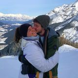 """Nicht das schöne Pärchenbild von Ronja Forcher und Felix Briegel im Schnee sorgt hier für Verwirrung, sondern der Ring-Emoji und die Worte """"Das größte Glück"""", mit dem die Schauspielerin das Bild auf Instagram versieht. Wurde hier an den Weihnachtstagenheimlich geheiratet? Denn die romantische Verlobung, inklusive selbst komponiertemLied und Kniefall,gab es bereits im Oktober."""