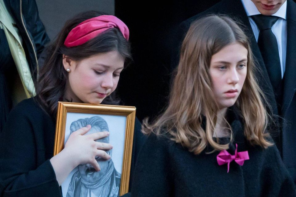 Maud Angelica und Leah Isadora Behn bei der Trauerfeier für ihren Vater Ari Behn.