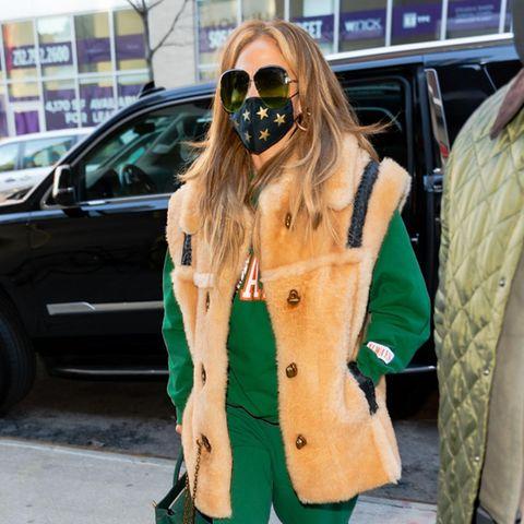 Huch, hat J.Lo etwa ein neues Style-Vorbild? Auf dem Weg zur Probe für ihren großen New Years Eve-Auftritt am Time Square zeigt sich Jennifer Lopez in einem fragwürdigen Look. Grüner Jogginganzug, grüne Handtasche und dazu grün getönte Brillengläser. Ist sie nach dem diesjährigen Weihnachtsfest etwa zum Grinch mutiert? Vielleicht setzt die Sängerin aber auch einfach auf die Farbe der Hoffnung, damit bei ihrer Silvester-Show auch ja nichts schiefgeht.
