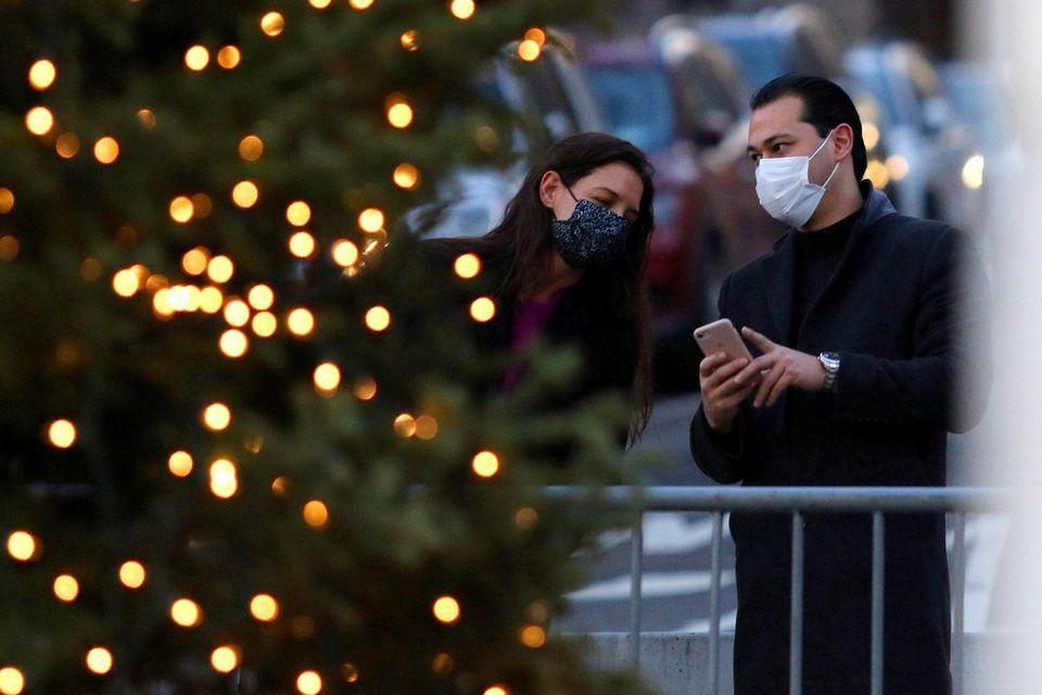 Das Paar stopptim Washington Square Park, um einen Weihnachtsbaum zu fotografieren. Später stehtfür Katie Holmes und Emilio Vitolo noch ein romantisches Abendessen in einemfranzösischen Restaurant auf dem Programm.