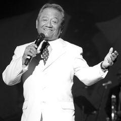"""28. Dezember 2020: Armando Manzanero (85 Jahre)  Der mexikanische Grammy-GewinnerArmando Manzanero, auch bekannt als der """"Meister der Ballade"""", ist tot. Er ist mit 85 Jahren an den Folgen einer Corona-Erkrankung gestorben.Manzanero war für romantische Balladen wie """"Esta Tarde Vi Llover"""" (Englische Version: Yesterday I Heard the Rain) oder """"Somos Novios""""(Englische Version: It's Impossible) bekannt."""