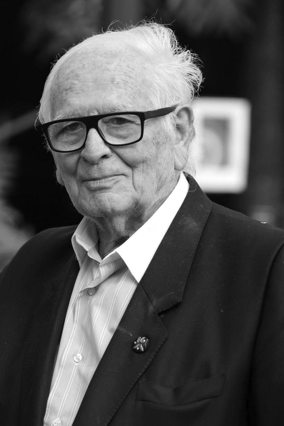 29. Dezember 2020: Pierre Cardin (98 Jahre)  Der französische Modeschöpfer Pierre Cardin ist im Altervon 98 Jahren in einem Krankenhaus nahe Paris verstorben. Das teilt seine Familie der Nachrichtenagentur AFP mit. Sein eigenes Modehaus hat der visionäre Designer bereits 1950 gegründet und ein weltweit erfolgreiches Unternehmen aufgebaut. Cardin galt als Pionier der Prêt-à-porter-Mode und hat als erster seiner Branche Mode für die Masse entworfen.