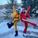 Winterliche Grüße von den Schneehasen Julianne Hough und Freundin Lexi Dupont.