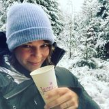 """Ein Schluck Wärme für """"Jessi"""". Im verschneiten hessischen Odenwald genießt Schauspielerin Jessica Schwarz einen """"Äppelwoi"""" (Apfelwein)."""