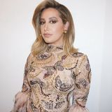 """Wow! Da hat sich Ashley Tisdale aber ordentlich herausgeputzt. In einem paillettenbesetzten Kleid mit Federdetails sieht die schwangere Sängerin bei ihrem Auftritt bei """"The Masked Dancer"""" wirklich umwerfend aus. Das sieht sie genauso und bedankt sich bei ihrem Glam-Team über Instagram: """"Danke, dass ihr dafür sorgt, dass ich mich gut fühle, auch wenn ich von Tag zu Tag runder werde""""."""