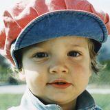 """Luca Hänni   Dieser kleine Knirps ist schon damals ein richtiger Mädchenschwarm gewesen. Mit dem putzigen Kinderbild möchte """"Klein Luca"""" seinen Instagram-Fans den Abend versüßen. Hat geklappt, denn die sind ganz aus dem Häuschen, verteilen etliche Herzen und Komplimente wie """"damals wie heute der Süßeste""""."""