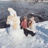 US-Reality-TV-Star Lauren Conrad hat kurzerhand ihren Ehemann unddie beiden Söhne ins Auto gepackt und ist mit ihnen in die verschneiten Berge Kaliforniens gefahren. Dort schließt Klein-Liam nun Freundschaft mit einem Schneemann. Wie süß!