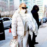 Wie edel ein All-White-Look im Winter aussehen kann, beweist uns Sängerin Jennifer Lopez. Die 51-Jährige kombiniert eine Puffer Jacket mit Fellbesatz (hoffentlich in der Fake-Variante) mit einem Loungewear-Set bestehend ausJogginghose und Pullover der Designerin Olivia von Halle für umgerechnet etwa 1.000 Euro. Dazu gesellen sich Sneaker von Alexander McQueen für 440 Euro, goldene Creolen der DesignerinJennifer Fisherfür 300 Euro sowie eine Tasche des Luxuslabels Hermès aus Krokodilsleder. Die Tasche wird im Internet für etwa 12.200 Euro angeboten. Somit kommt J.Lo's Look auf einen Gesamtwert von mindestens 14.000 Euro. Im Vergleich: Dafür gibt es bereits einen nagelneuen Kleinwagen.