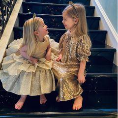 Diese beiden Mäuse scheinen sich aber besonders auf das neue Jahr zu freuen. Und wir müssen keine Glaskugel zu Rate ziehen, um zu behaupten, dass die Kinder von Nicky Rothschild (geborene Hilton)auf eine stylische Zukunft blicken werden. Denn schon jetzt sind Lily-Grace und Teddy in ihren Tüll- und Pailletten-Kleidchen waschechte Fashionistas.