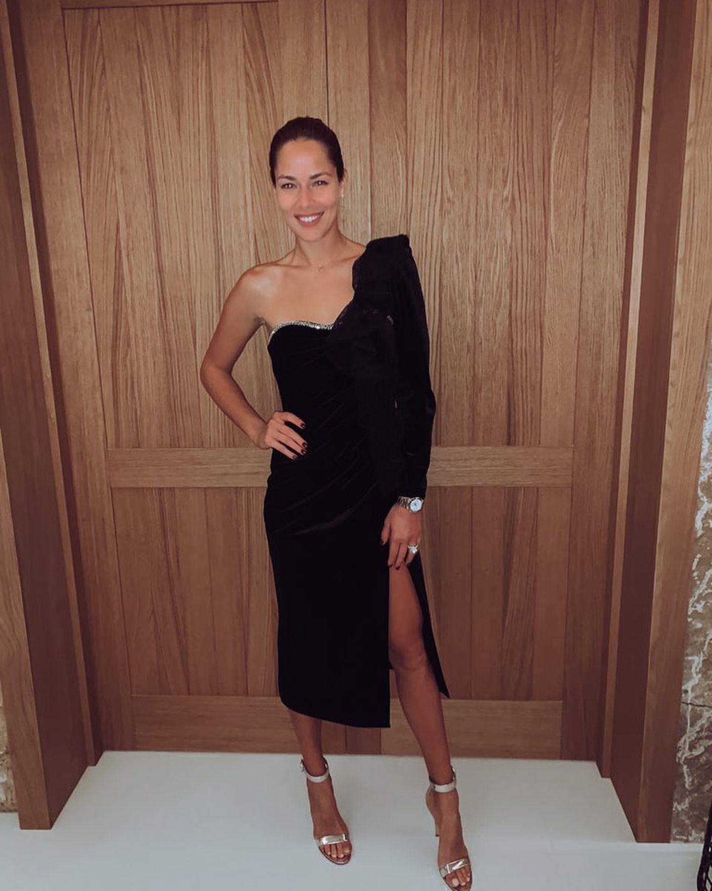 Ana Ivanovic liefert ihren Fans beinahe täglich neue Fashion-Inspiration. Und auch zum Jahreswechsel präsentiert sich die 33-Jährige in einem sexy Dress, in das wir uns sofort verliebt haben. Denn es besticht mit gleich zwei Besonderheiten: Der One-Shoulder-Schnitt mit Volants betont die schlanke Schulterpartie von Ana, wohingegen der hohe Beinschlitz einen weiteren sexy Fokus setzt. Bei soviel Raffinesse können wir unsere Augen kaum von der hübschen Zweifach-Mama abwenden - Bastian Schweinsteiger geht es mit Sicherheit ähnlich.