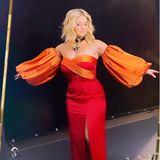Beatrice Egli hat sich zum Jahresende noch einmal richtig rausgeputzt: In einem orange-roten Kleid mit Ballonärmeln und sexy Beinschlitz feierte die hübsche Blondine nicht nur in der gestrigen Silvester-Show mit Jörg Pilawa im Ersten, sondernwünscht auch heute auf Instagramihren Fans ein frohes neues Jahr. Das trägerlose, eng anliegende Kleid mit Herzausschnitt zaubert Beatrice eine sexy Silhouette, die opulenten Armdetails des Kleides machen es zu einer der außergewöhnlichsten Kleider, die die Schweizerinjemals trug. Große Klunker um den Halsund an den Ohren sorgen ebenfalls für einen Wow-Moment. Ob sie das im Jahr 2021 noch einmal toppen kann?