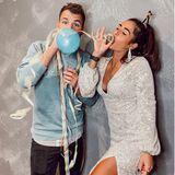 """Sarah Lombardi feiert den Jahreswechsel natürlich mit ihrem Verlobten Julian Büscher. Zu dem Partybild mit Luftballons und Luftschlangen schreibt Sarah auf Instagram: """"Ich wünsche euch allen ein frohes und vor allem gesundes neues Jahr ! Lasst uns voller Energie , voller Liebe und optimistisch ins neue Jahr starten. Auch wenn im letzten Jahr alles ein wenig anders war - habe ich sehr viel daraus gelernt."""""""