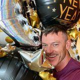 Schauspieler Luke Evans dekoriert zu Silvester mit Ballons in Silber, Gold und Schwarz.