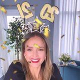 Schauspielerin Jessica Alba heißt das Jahr 2021 mit einem goldenen Konfetti-Regen willkommen.