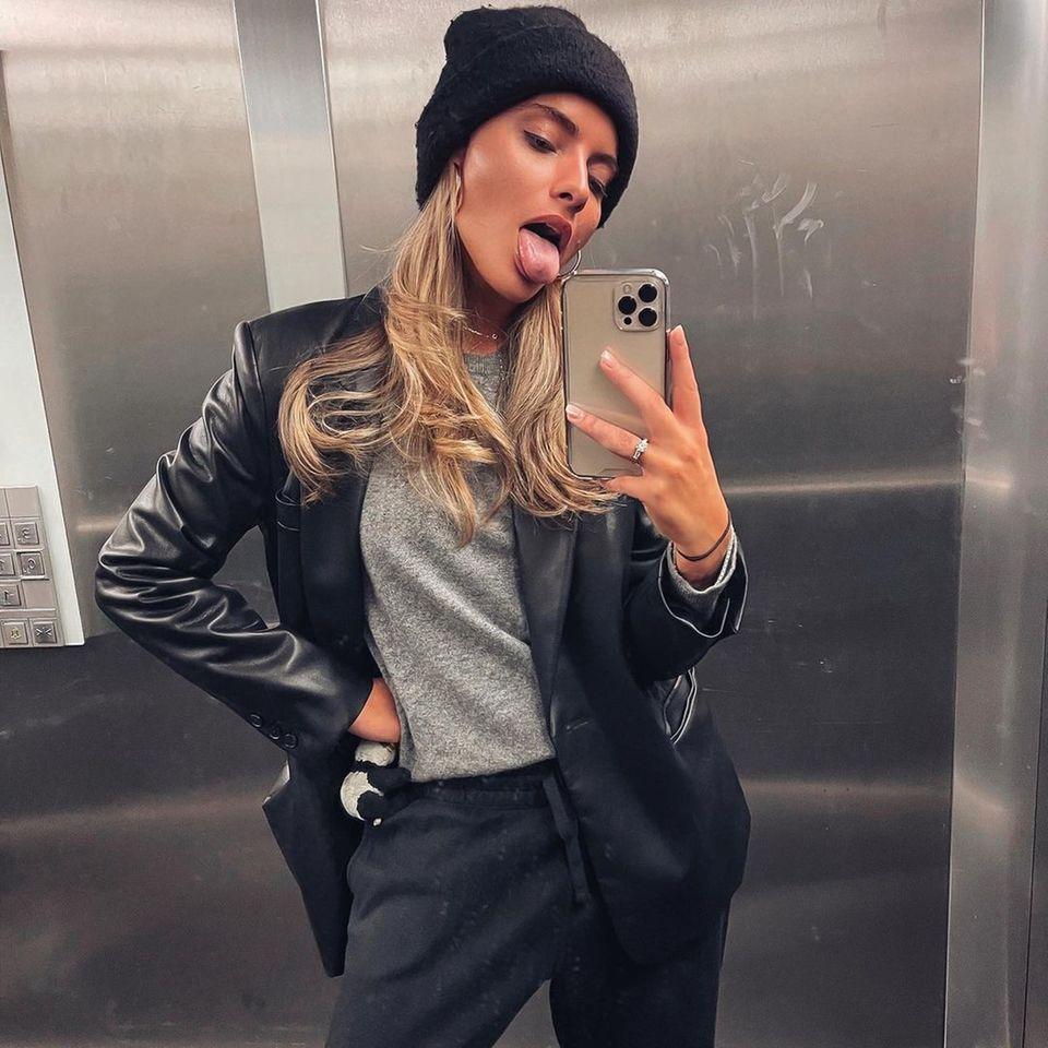 Sophia Thomalla liebt kurze, sexy und eng anliegendeKleider, aber auch gemütliche Loungewear weiß die schöne Moderatorin gekonnt in Szene zu setzen. Die gemütliche Track-Pants wird einfach mit einem stylischen Leder-Blazer aufgepeppt.