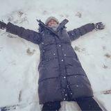 Dabei lässt es sich Motsi Mabuse nicht nehmen, einen Schneeengel zu machen. Danach geht es schnell zurück ins Warme.