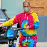 Moderner Streetstyle? Oder einfach zu viel des Guten? Jennifer Lopez zeigt sich im Ganzkörper-Batik-Look von Polo Ralph Lauren und spaltet damit die Gemüter. Eins muss man dem farbenfrohen Outfit aber lassen, die knalligen Farben strahlen einfach gute Laune aus.