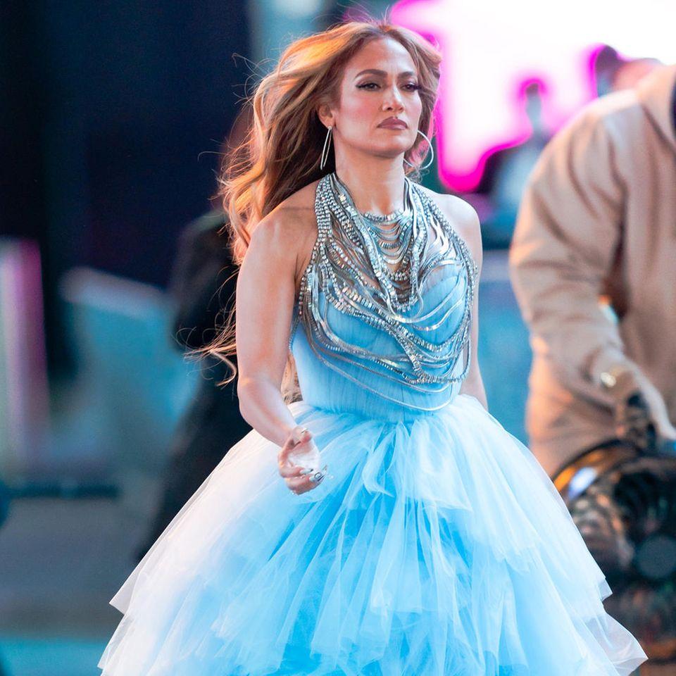 An Silvester darf bekanntermaßen das Outfit etwas glamouröser ausfallen, aber hat Jennifer Lopez mit diesem Rüschentraum nicht übertrieben? Bei der hellblauen Robe handelt es sich um ein Outfit der Neujahrs-Performance am Times Square und liegt damit vollkommen im Rahmen. Die Show wird im Fernsehen übertragen - da darf das Kleid ruhig auch einmal vom Stardesigner Olivier Rousteing sein.
