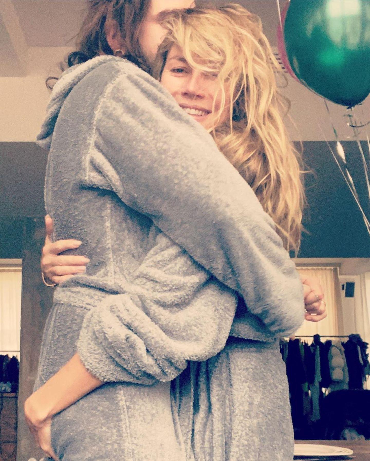 26. November 2020  Kuschelzeit! In flauschigen Bademäntelnstarten Tom Kaulitz und Heidi Klum gemütlich in den Tag.
