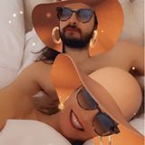 """Nach dem """"Rosenkavalier"""" folgt die """"Diva"""" mit Hut, Sonnenbrille und großen Ohrringen."""