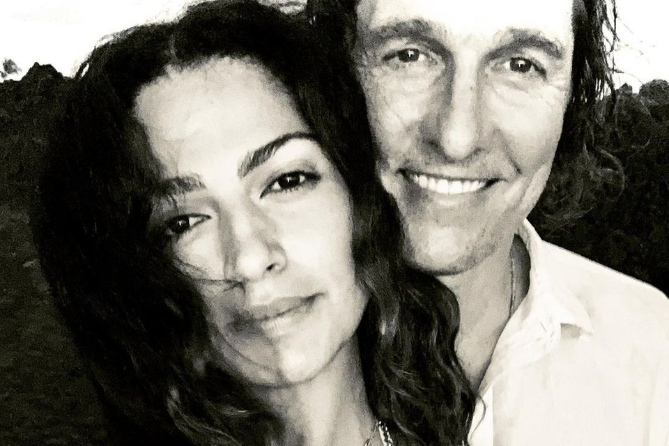 """2. Januar 2021  Zum Beginn des neuen Jahres postet Camila Alves dieses Pärchenselfiemit Mann Matthew McConaughey bei Instagram. """"Niemand, mit dem ich es lieber täte..."""", kommentiert das Model das schöne Schwarz-Weiß-Foto."""
