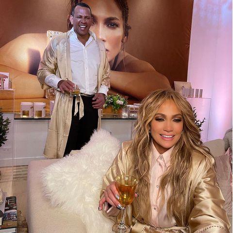 Es ist das Phänomen von langen Beziehungen, der individuelle Stil tritt immer mehr in den Hintergrund und süße Partnerlook-Kombinationen entstehen. So auch bei Jennifer Lopez und Alex Rodriguez. Doch wer schaut hier bei wem ab? Anhand derMatching-Bademänteln gar nicht so leicht zu identifizieren?