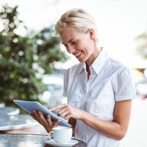 ABC-Methode: Frau zeigt auf ein Tablet