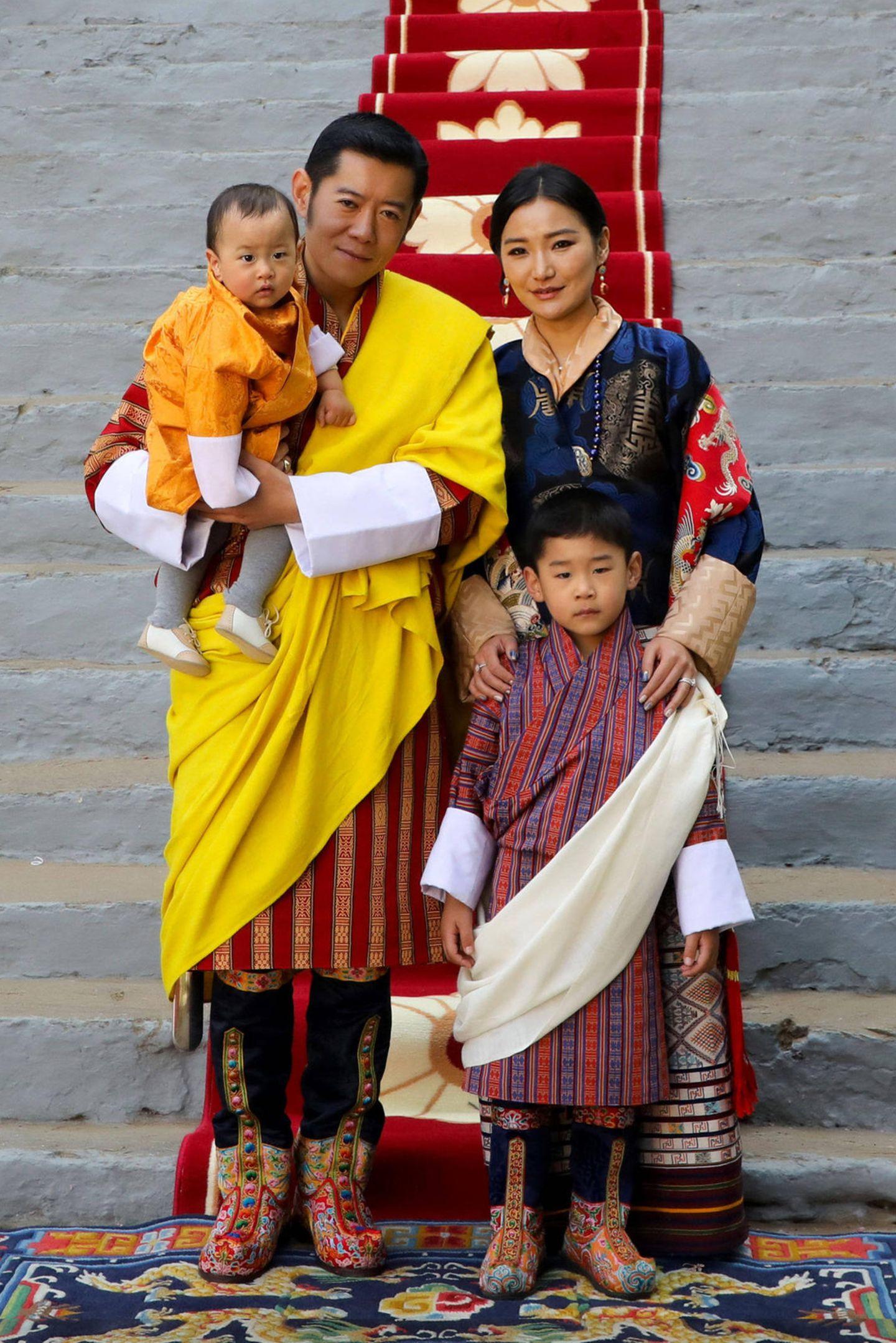1. Januar 2020  Das Könighaus Bhutan veröffentlicht jeden Monat schöne Familienmotive für den offizielen Kalender. Das Januar-Blatt zeigt ein neues Bild von König Jigme, Königin Jetsun und den kleinen PrinzenJigme Namgyel und Ugyen Wangchuck bei den Nationalfeierlichkeiten am 17. Dezember.