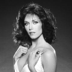 """4. Januar 2021: Tanya Roberts (65 Jahre)   Die US-amerikanische Schauspielerin warnicht nur einer von """"Charlies Engeln"""", sondern auch Bond-Girl an der Seite von Roger Moore in""""James Bond 007 - Im Angesicht des Todes"""". Sie war schon am Heiligabend in Los Angeles zusammengebrochen und ist nun im Cedar-Sinai-Krankenhaus verstorben.Todesursache sei eine Harnwegsinfektion gewesen, """"die sich auf ihre Niere, Gallenblase, Leber und dann auf den Blutkreislauf ausbreitete."""""""