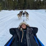 Von ihm und den anderen Hunden lässt sich die Schauspielerin durch eine traumhafte Winterlandschaft kutschieren.