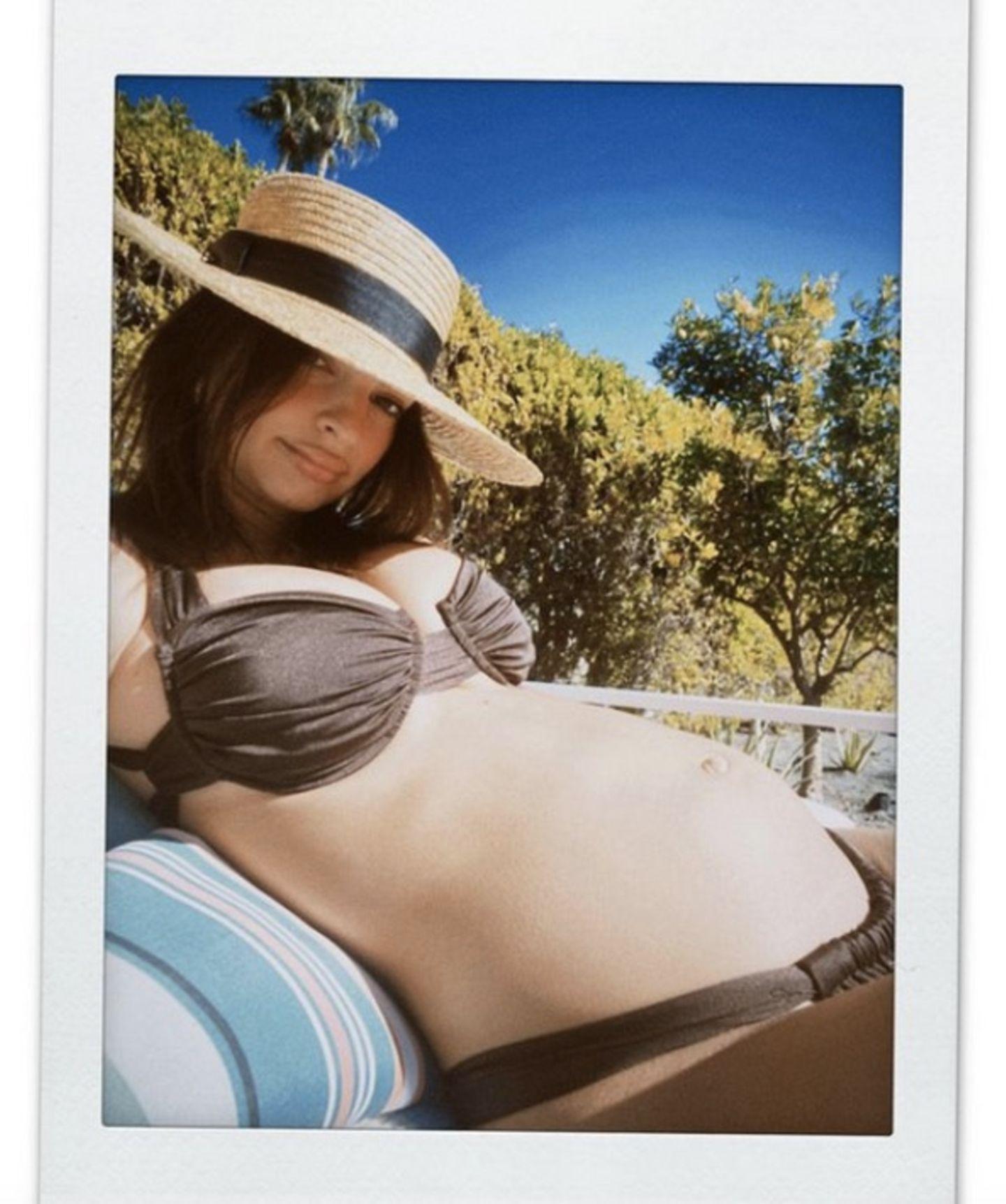 Freizügige Fotos während der Schwangerschaft sind wir bei Topmodel Emily Ratajkowski gewöhnt. Immer wieder setzt sie ihren Babybauch leicht bis gar nicht bekleidet in Szene. Und auch im neuen Jahr lässt es sich die werdende Mutter beim Sonnen im Bikini so richtig gut gehen. Der knappe Zweiteiler ist natürlich von ihrer eigenen Marke Inamorata und kostet schlappe 190 Euro. Wie lange es nach diesem Bild wohl dauern wird, bis das Modell ausverkauft ist?