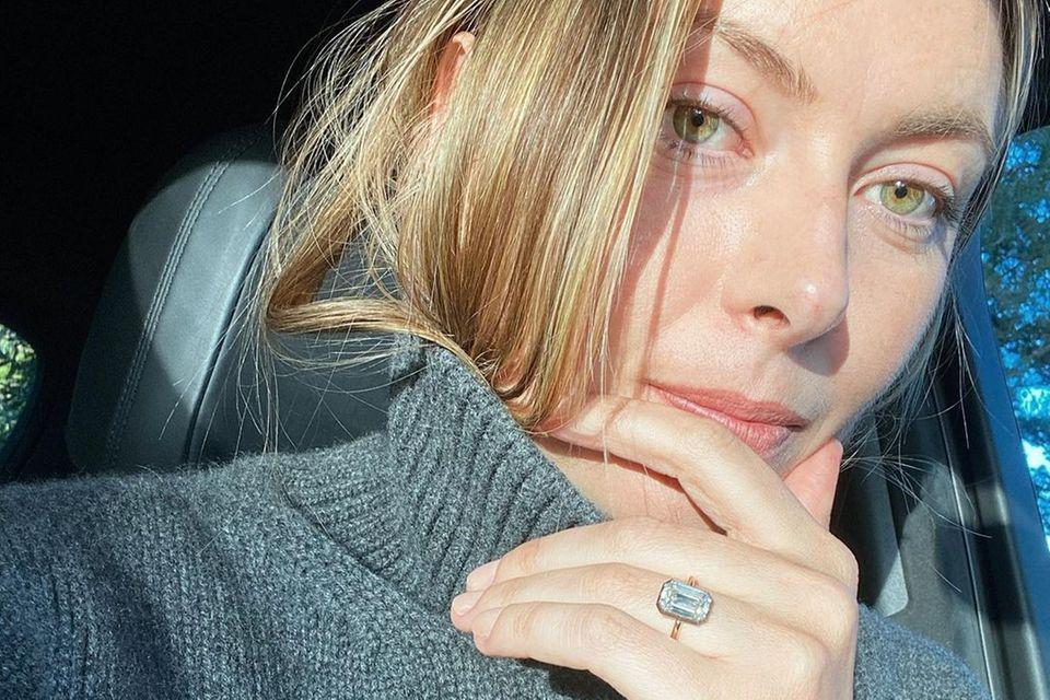 Das ist er! Der imposante Verlobungsring von Maria Sharapova funkeltfast so schön wie ihre hellgrünen Augen leuchten. Mitte Dezember hatte sich der Ex-Tennisstar mit ihrem Freund Alexander Gilkes verlobt.