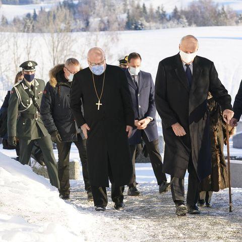 3. Januar 2021  Das Jahr endete im norwegischen Gjerdrum mit einer Katastrophe. Ein Erdrutsch tötete 7 Menschen, 3 werden bis zum jetzigen Zeitpunkt noch vermisst. König Harald,Königin Sonja und ihr Sohn Kronprinz Haakon besuchen das Krisengebiet gleich nach Jahreswechsel.