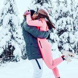 In verschneiter Winterlandschaft sind Küsse noch mal romantischer, auch für Sarah Lombardi und ihren Verlobten Julian.