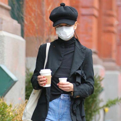 Da kann eine wohl nicht genug Kaffee bekommen, dabei sieht Katie Holmes in ihrer stylischen Jeans-Blazer-Kombi fantastisch aus. Die Schauspielerin ist eine Meisterin der kleinen Fashion-Details, kein Wunder also, dass sie mit ihrem kleinen Bommel an der Mütze für das gewisse Extra sorgt.