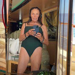 """Designerin Diane von Furstenberg ist für ihre selbstbewusste Art bekannt. Mit ihrem neuen Schnappschuss im Badeanzug zeigt sie sich jedoch freizügiger, als je zuvor. Möglichen Kritikern bietet die 74-Jährige Powerfrau jedoch direkt die Stirn. """"Bin ich verrückt, dass ich dieses Foto poste?! Steht zu eurem Alter... Es ist ein Zeichen, dass ihr gelebt habt!"""" Da geben wir ihr voll und ganz Recht. Und eins steht eh fest: Diese Figur kann sich auf jeden Fall sehen lassen!"""