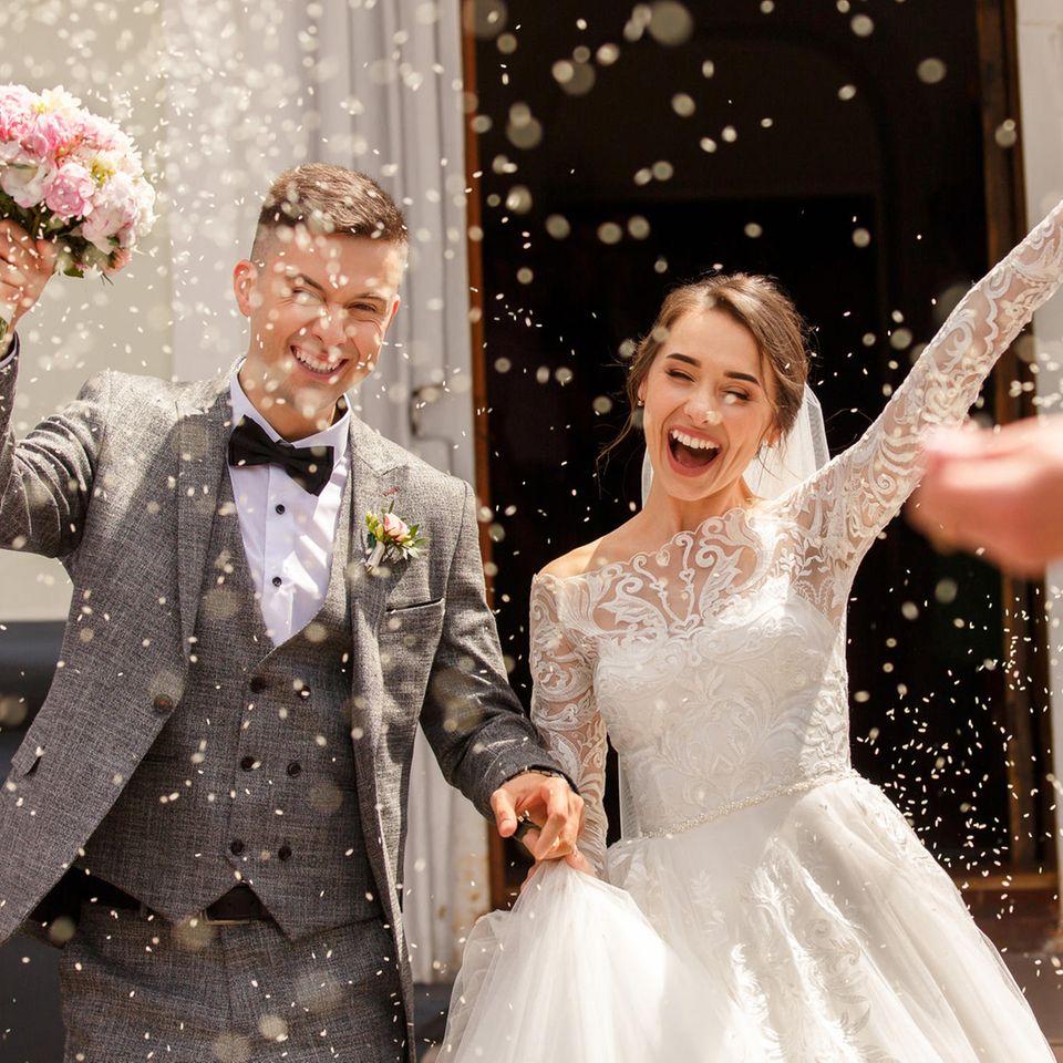 Mann und Frau bei ihrer Hochzeit