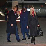 Ivanka Trump ist mit ihrem Vater Donald Trump auf Wahlkampf-Tour bezüglich der Senatswahlin Georgia und setzt dabei mit ihrem Outfit ein klares Zeichen. Obwohl Donald Trump immer mehr für sein Einmischen in den Wahlprozess kritisiert wird, zeigt sich Ivanka Trump solidarisch und trägt einen roten Rollkragenpullover, der farblich zu der Krawatte des Präsidenten passt. Dieser Partnerlook demonstriert vor allem eins: Sie steht nach wie vor hinter Donald Trump und seiner Politik.