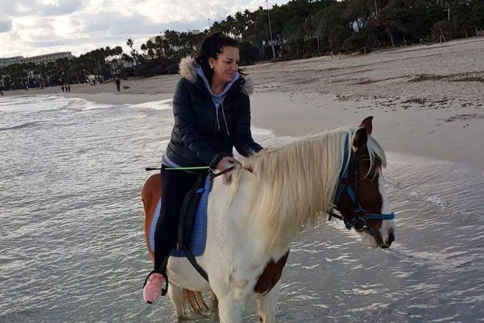 """""""Neue Ziele setzen, neue Wege gehen"""", das versucht Danni Büchner auf dem Rücken ihres Pintos beim Ritt am Strand von Mallorca."""